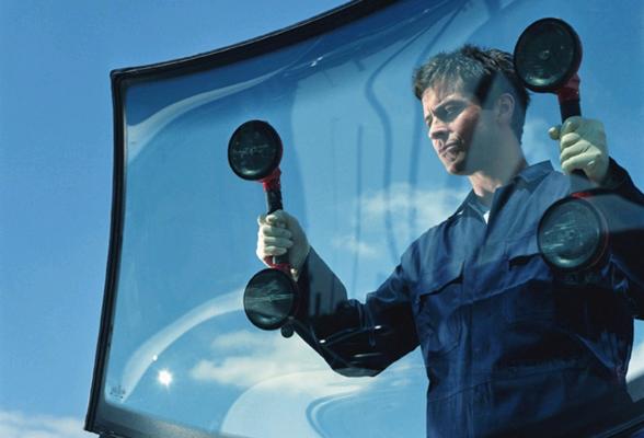 Для установки лобового стекла используются вакуумные присоски с ручками.