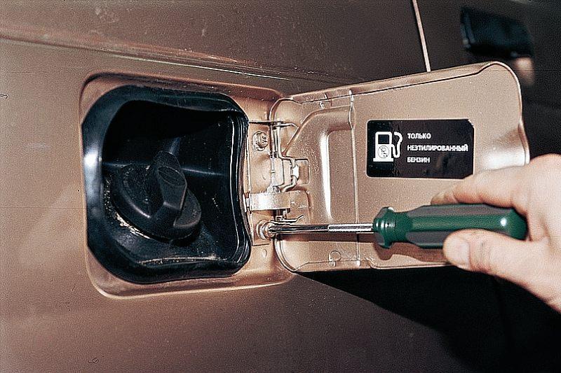 Снятие крышки лючка бензобака ВАЗ 2110.